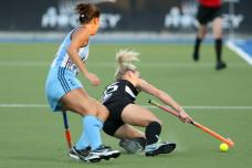 argentina play new zealand in a women's field hockey game